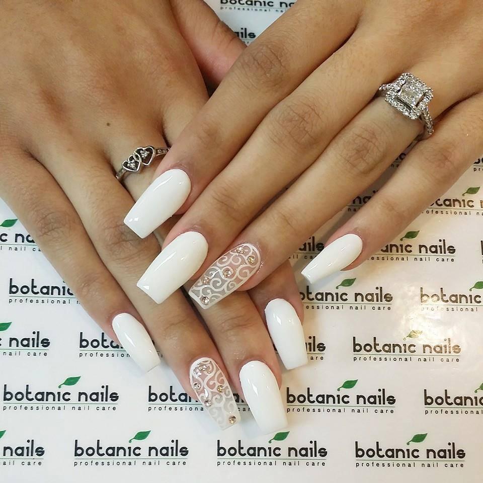 35Glittered Swirl Pattern Accent On White Nails - 35 Chic Yet Classy White Nail Art Nail Design Ideaz